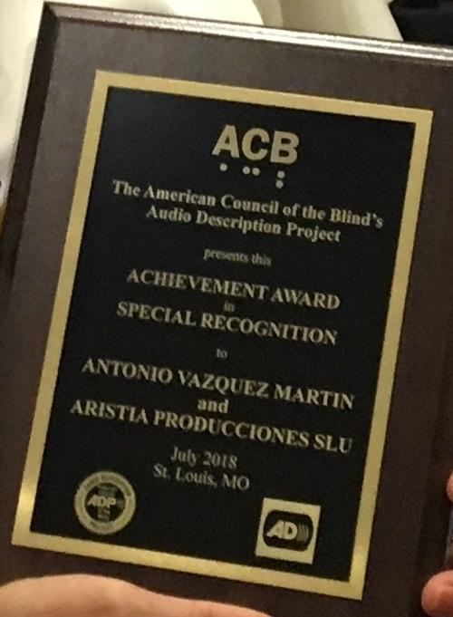 Fotografía del galardón de la ACB otorgado al español Antonio Vázquez Martín, de Aristia Producciones